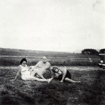 Diane Arbus - A family one evening in a nudist camp