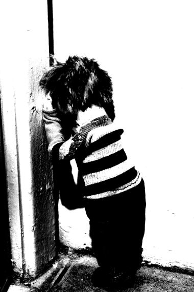 Josiane Keller - little boy counting with his face against a wall